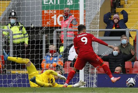 Liverpool's Roberto Firmino (R) in action against Crystal Palace goalkeeper Vicente Guaita (L) during the English Premier League soccer match between Liverpool FC and Crystal Palace in Liverpool, Britain, 23 May 2021.