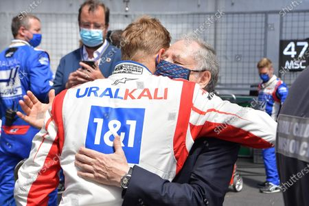 Mick Schumacher (DEU #47), Haas F1 Team welcomes and embraces FIA President Jean Todt with his wife Michelle Yeoh on the Monaco grid.