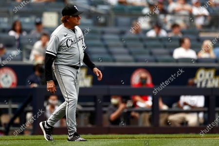 Chicago White Sox manager Tony La Russa (22) walks to the mound during the fifth inning of a baseball game against the New York Yankees, in New York