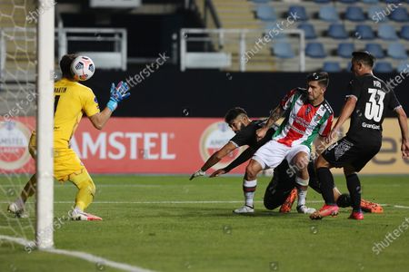 Jonathan Benitez (2-R) of Palestino scores against goalkeeper Martin Silva (L) of Libertad during the Copa Sudamericana group F soccer match between Palestino and Libertad at El Teniente Stadium in Rancagua, Chile, 25 May 2021.