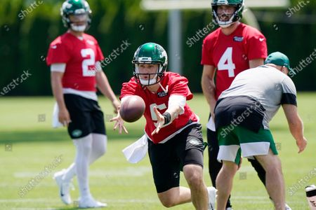 New York Jets quarterback Zach Wilson, (2) and James Wagner (4) watch quarterback Mike White toss the ball to a wide receiver during an NFL football practice, in Florham Park, NJ
