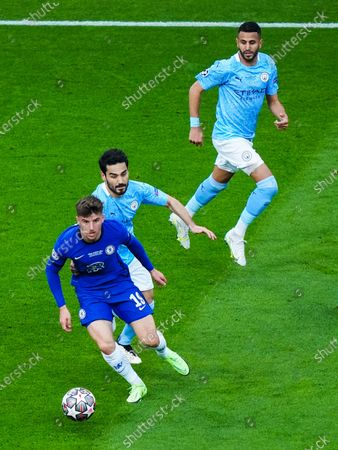 Mason Mount of Chelsea and Ilkay Gundogan of Manchester City and Riyad Mahrez
