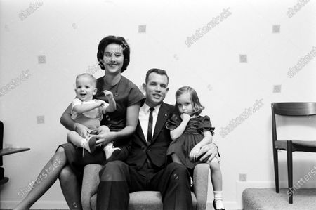 Astronaut David Scott sitting chair with his wife Ann and children in the United States, October 1964