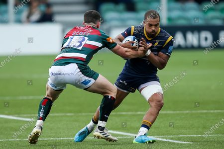 Ollie Lawrence of Worcester Warriors takes on Matt Scott of Leicester Tigers