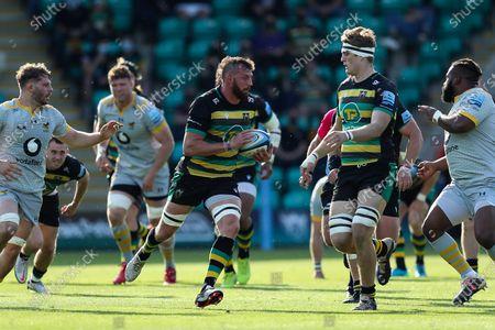 Tom Wood of Northampton Saints makes a break