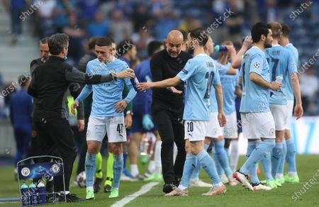 Manager Josep Guardiola (C) of Manchester City talks to his players on a cooling break during the UEFA Champions League final between Manchester City and Chelsea FC in Porto, Portugal, 29 May 2021.