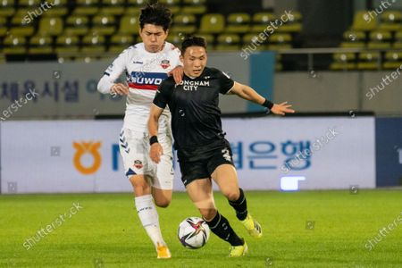 Kim Seung-Joon of Suwon FC competes for the ball with Lee Si-Young of Seongnam FC during the K League 1 match between Seongnam FC and Suwon FC at the Tancheon Stadium in Seongnam, South Korea, 29 May 2021.