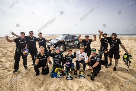 Nico Rosberg, founder and CEO, Rosberg X Racing with Molly Taylor (AUS)/Johan Kristoffersson (SWE), and team members celebrate winning Ocean Prix during the 2021 Extreme E Ocean X Prix