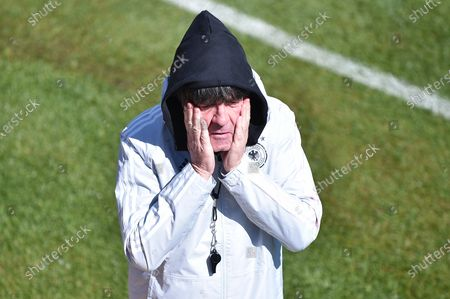 Joachim Jogi Löw (national trainer/trainer Germany) smears sunscreen in his face