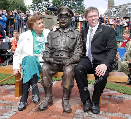 Pamela Cundell and Captain Mainwaring statue and the sculptor Sean Hedges-Quinn