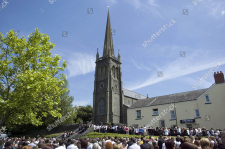 Thousands of fans attending the funeral of Stuart Cable
