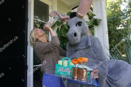 Kate Hudson sent a mule to gift her celebrity friends her King St. Vodka and CANN Social Tonics, with a custom Moscow Mule Edie Parker tray kit to celebrate the beginning of summer over the holiday weekend. Pictured: Molly Sims