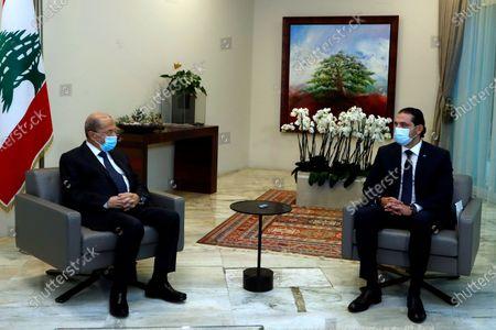 El presidente libanés Michel Aoun (i) con el primer ministro designado Saad Hariri en el palacio presidencial en Baabda, al este de Beirut en el Líbano, el 22 de marzo del 2021