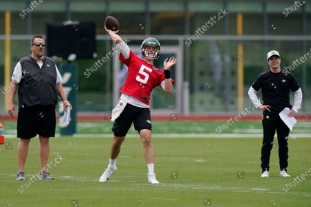 New York Jets passing game specialist Greg Knapp, left, and offensive coordinator Mike LaFleur, right, watch quarterback Mike White (5) throw a pass during an NFL football practice, in Florham Park, N.J