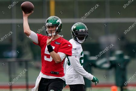 New York Jets quarterback Mike White passes as running back Tevin Coleman, right, watches during an NFL football practice, in Florham Park, N.J