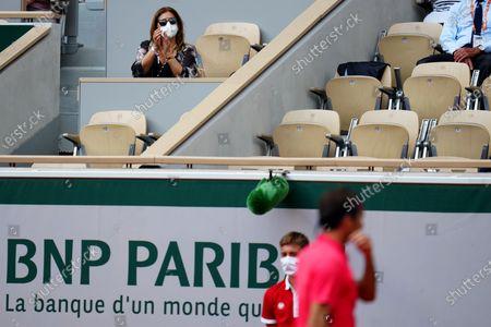 Mirka Federer applauds Roger Federer in the second round