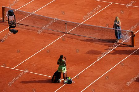 Serena Williams conducts an interview in French with Marion Bartoli after winning her third round match