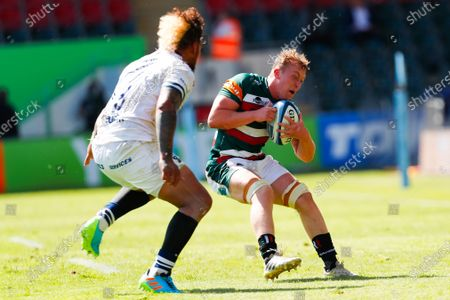Tommy Reffell of Leicester Tigers looks to beat Nathan Hughes of Bristol Bears; Mattioli Woods Welford Road Stadium, Leicester, Midlands, England; Gallagher Premiership Rugby, Leicester Tigers versus Bristol Bears.