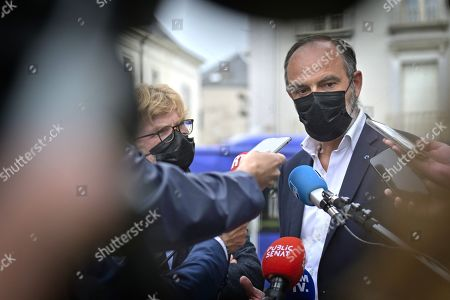 Former French Prime Minister Edouard Philippe (R) gives a press conferences about his support to French Junior Minister of Parliament Marc Fesneau (L) at the regional election