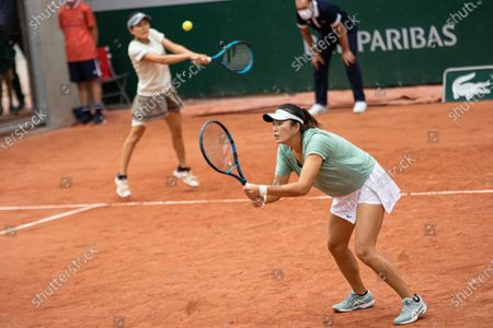 (210605) - PARIS, June 5, 2021 (Xinhua) - Yang Zhaoxuan (R) of China and Makoto Ninomiya of Japan compete during the women's doubles second round match between Yang Zhaoxuan of China/Makoto Ninomiya of Japan and Petra Martic of Croatia/Shelby Rogers of the United States at the French Open tennis tournament at Roland Garros in Paris, France, June 4, 2021.