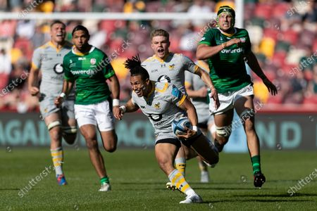 Marcus Watson of Wasps runs with the ball during the Gallagher Premiership match between London Irish and Wasps at the Brentford Community Stadium, Brentford on Saturday 5th June 2021.