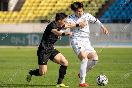 Lee Si-Young of Seongnam FC competes for the ball with Choi Hee-Won of Jeonbuk Hyundai Motors during the K League 1 match between Seongnam FC and Jeonbuk Hyundai Motors at the Tancheon Stadium in Seongnam, South Korea, 06 June 2021.