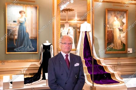 """King Carl Gustaf visit the exhibition about Crown Princess Margareta which is shown at the Royal Palace. Curator Bronwyn Griffith guides., """"Meet a princess ahead of her time. Daisy, Crown Princess Margaret, 1882-1920. The exhibition will be shown at the Royal Palace June 6 - September 30, 2021"""