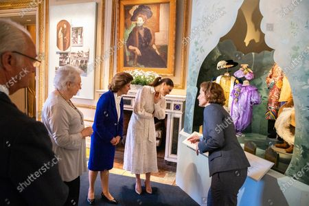 """The royal couple, the Crown Princess and Princess Christina Mrs. Magnuson visit the exhibition about Crown Princess Margareta which is shown at the Royal Palace. Curator Bronwyn Griffith guides., """"Meet a princess ahead of her time. Daisy, Crown Princess Margaret, 1882-1920. The exhibition will be shown at the Royal Palace June 6 - September 30, 2021"""