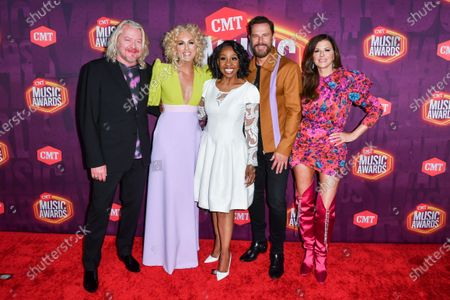 Gladys Knight with Philip Sweet, Kimberly Schlapman, Jimi Westbrook and Karen Fairchild of Little Big Town