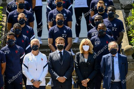 France's coach Didier Deschamps (2-L), French President Emmanuel Macron (C), his wife Brigitte Macron (2-R) and French Football Federation (FFF) president Noel Le Graet (R) pose for a group picture with France's players before a lunch in Clairefontaine-en-Yvelines, France, 10 June 2021, ahead of the UEFA EURO 2020 football competition.