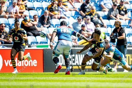 Malakai Fekitoa of Wasps Rugby passes ball to Marcus Watson of Wasps Rugby during the Gallagher Premiership Rugby match between Wasps and Leicester Tigers at the Ricoh Arena, Coventry