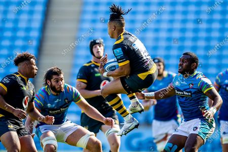 Marcus Watson of Wasps Rugby catches a  kick off during the Gallagher Premiership Rugby match between Wasps and Leicester Tigers at the Ricoh Arena, Coventry