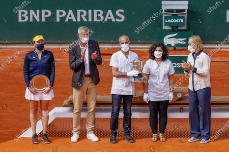 Anastasia Pavlyuchenkova of Russia, Gilles Moretton (Pdt FFT), Two caregivers from Raymond Poincaré Hospital Holding the Trophy and Martina Navratilova