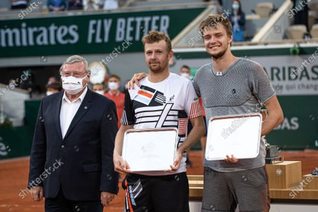 (210613) - PARIS, June 13, 2021 (Xinhua) - Alexander Bublik (R) and Andrey Golubev (C) of Kazakhstan pose with the trophy after the men's doubles final match between Pierre-Hugues Herbert/Nicolas Mahut of France and Alexander Bublik/Andrey Golubev of Kazakhstan at the French Open tennis tournament at Roland Garros in Paris, France, June 12, 2021.