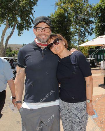 Joel McHale and Pamela Reed