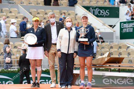 Barbora Krejcikova (CZE) Fff's President Gilles Moretton, Martina Navratilova and Anastasia Pavlyuchenkova (RUS)