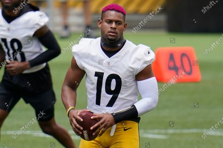 Pittsburgh Steelers wide receiver JuJu Smith-Schuster (19) works during the team's NFL mini-camp football practice in Pittsburgh