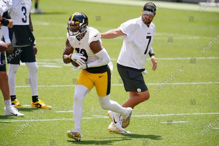 Pittsburgh Steelers quarterback Ben Roethlisberger (7) hands off to JuJu Smith-Schuster during the team's NFL mini-camp football practice in Pittsburgh