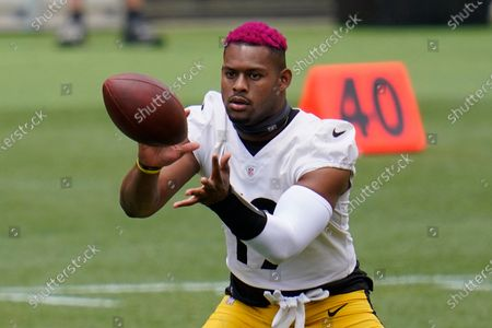 Pittsburgh Steelers wide receiver JuJu Smith-Schuster (19) catches a pass during the team's NFL mini-camp football practice in Pittsburgh