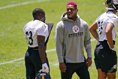Pittsburgh Steelers wide receivers JuJu Smith-Schuster, center, and James Washington, left, talk during the team's NFL mini-camp football practice in Pittsburgh