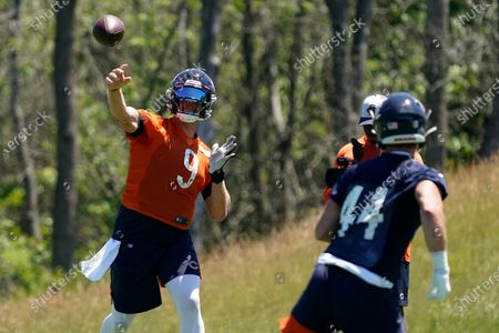 Chicago Bears quarterback Nick Foles, left, throws a ball to tight end Jake Butt during NFL football practice in Lake Forest, Ill