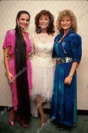 (L-R) Sister singers Crystal Gayle and Loretta Lynn w. sister Peggy.
