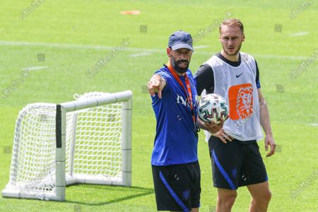 (lr) Ruud van Nistelrooy, Teun Koopmeiners during a training session of the Dutch national team at the KNVB Campus on June 18, 2021 in Zeist, the Netherlands.