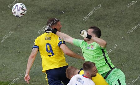 Marcus Berg (L) of Sweden in action against goalkeeper Martin Dubravka of Slovakia during the UEFA EURO 2020 group E preliminary round soccer match between Sweden and Slovakia in St. Petersburg, Russia, 18 June 2021.