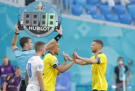 Robin Quaison (2-R) of Sweden enters for Marcus Berg (R) of Sweden during the UEFA EURO 2020 group E preliminary round soccer match between Sweden and Slovakia in St.Petersburg, Russia, 18 June 2021.