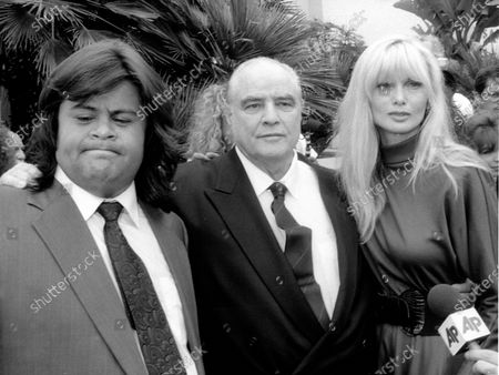Actor Marlon Brando (C) w. son Miko (L) and actress Laurene Landon (R) in front of courthouse where Brando's other son (and Landon's boyfriend) Christian was standing trial for murder.