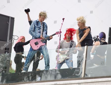 Machine Gun Kelly performs a surprise rooftop show in Venice Beach