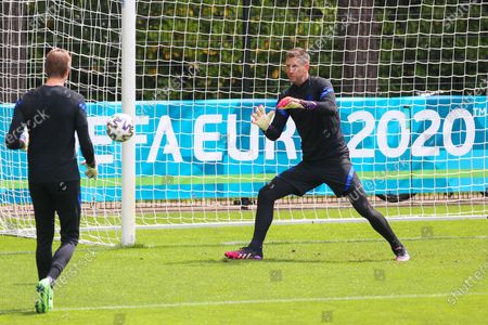 (210620) - ZEIST, June 20, 2021 (Xinhua) - Goalkeeper Maarten Stekelenburg of the Netherlands (R) await a training session ahead of the UEFA Euro 2020 Championship Group C match between North Macedonia and Netherlands at the KNVB Campus in Zeist, the Netherlands, June 20, 2021.