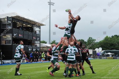 Rayn Smid of Ealing Trailfinders and Michael Rhodes of Saracens compete for the ball at a lineout
