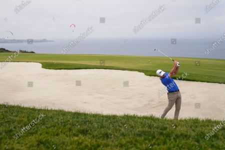 Kevin Streelman hits from the sand trap on the fourth fairway during the final round of the U.S. Open Golf Championship, at Torrey Pines Golf Course in San Diego